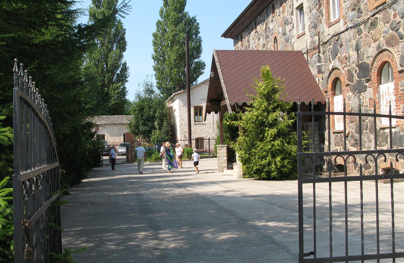 во дворе янтарного музея в Пальмникене