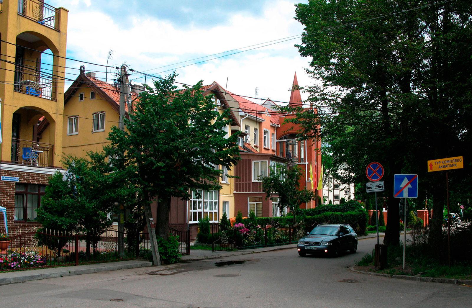улица в Зеленоградске возле отеля