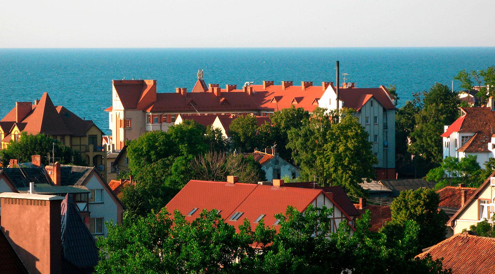 красные крыши домов и Балтийское море