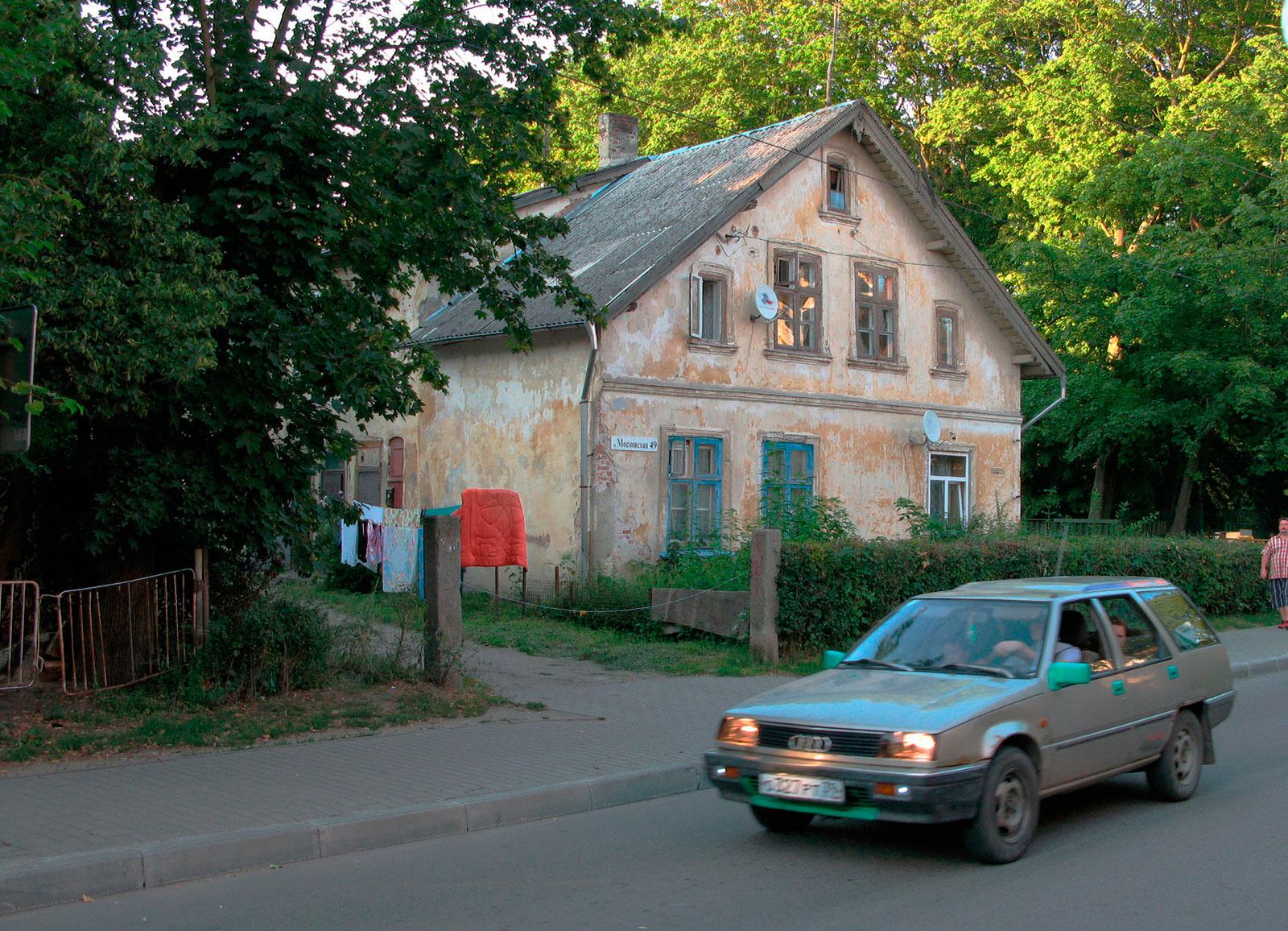 старая ауди и старый дом