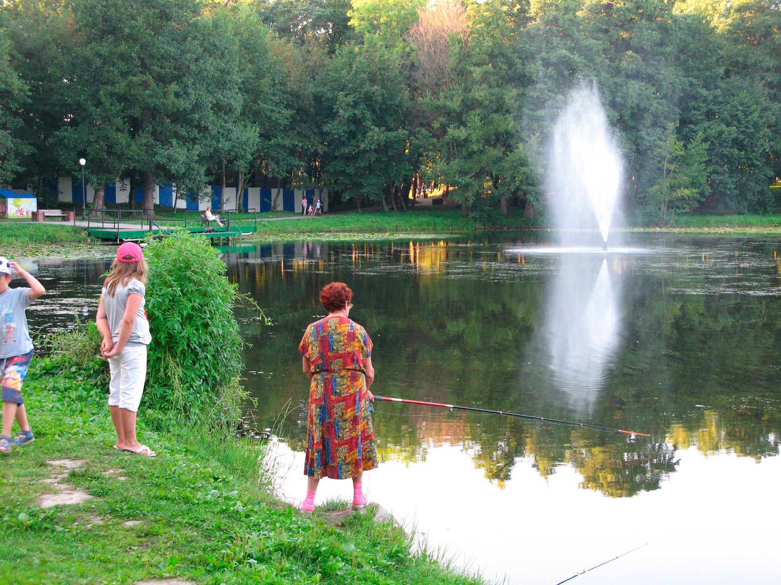 бабушка ловит рыбу