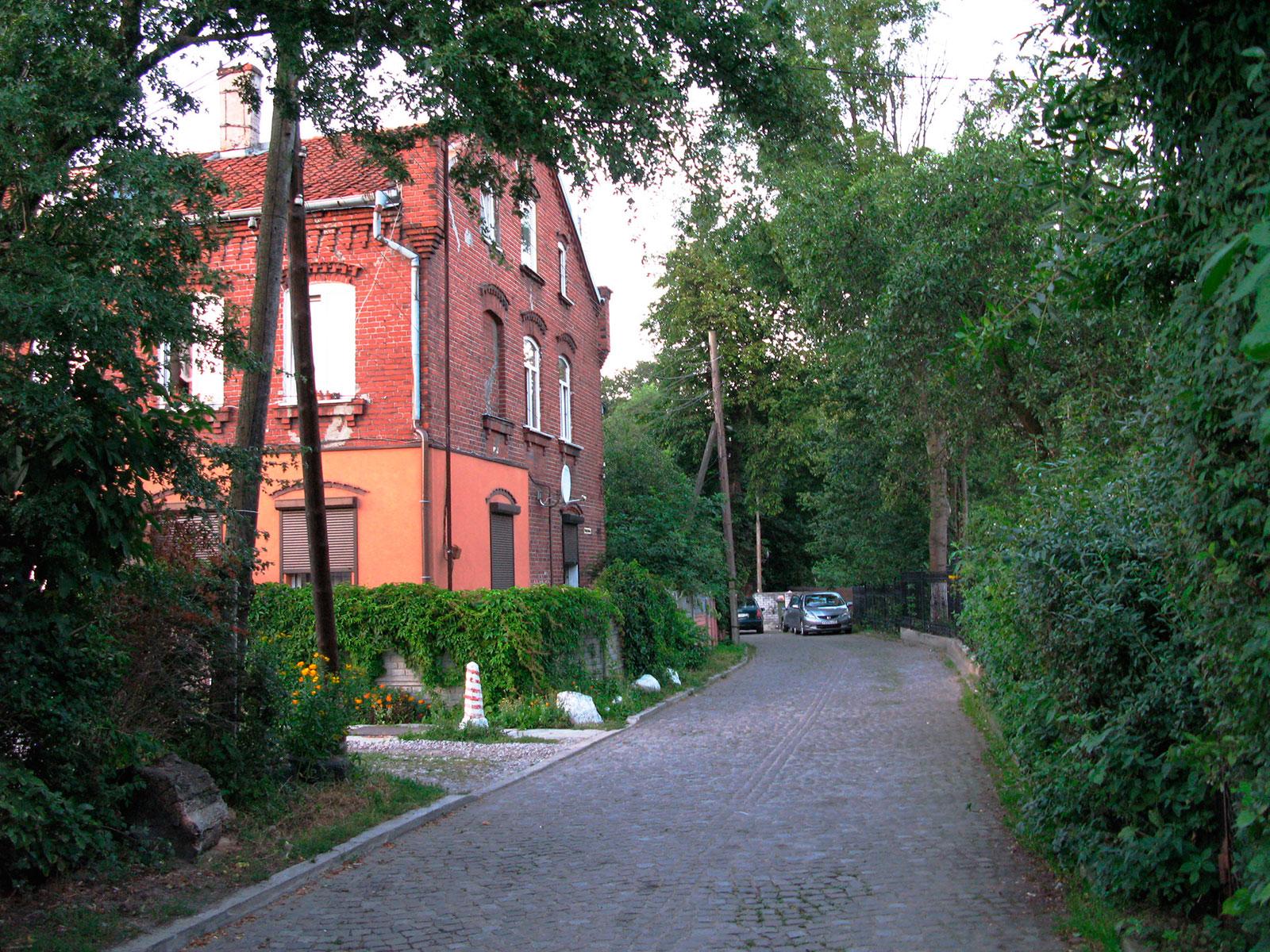улица октябрьская с немецким домом из красного кирпича