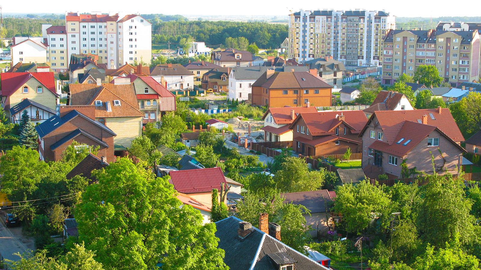 многоэтажки и маленькие домики