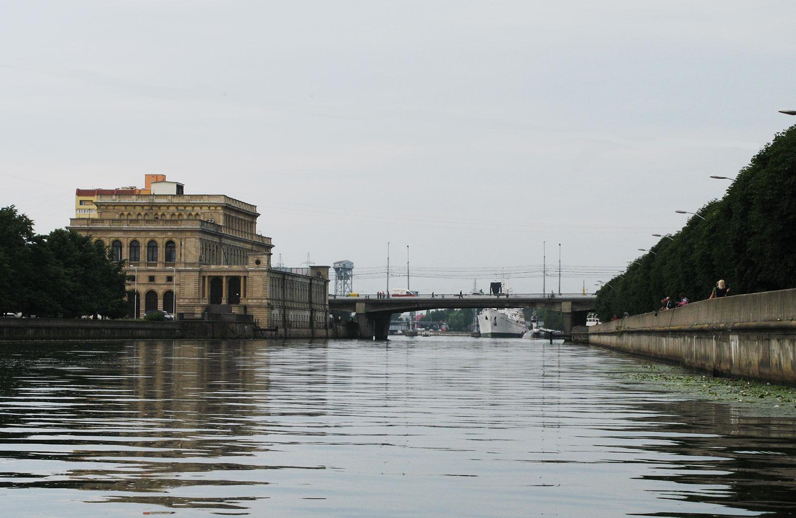 Слева биржа, впереди Эстакадный мост