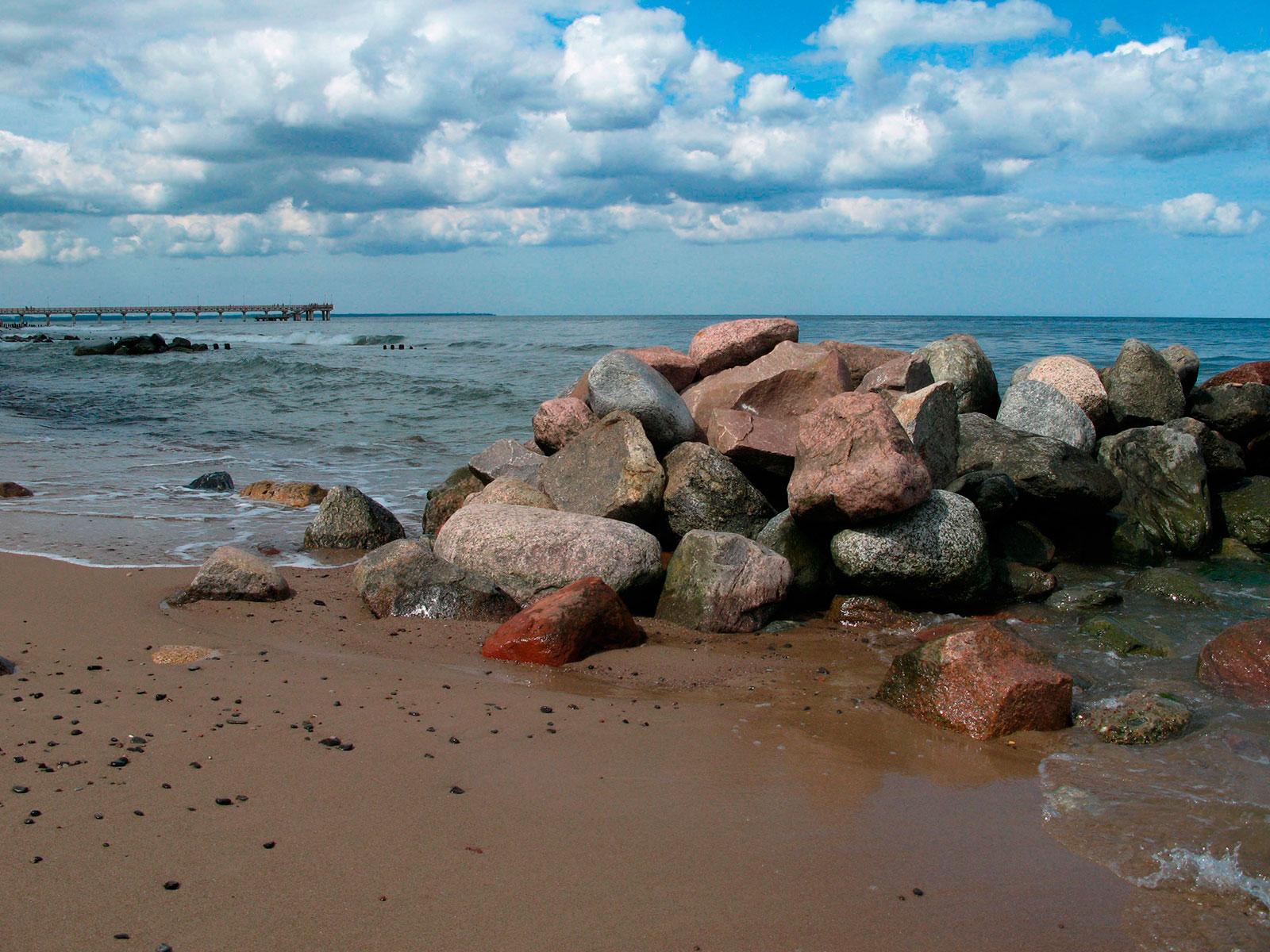 Балтийское море, белый песок и камни