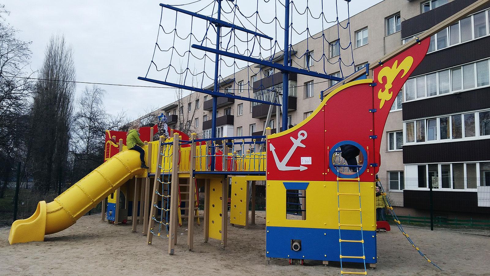 детский корабль на улице вокзальная в пионерске
