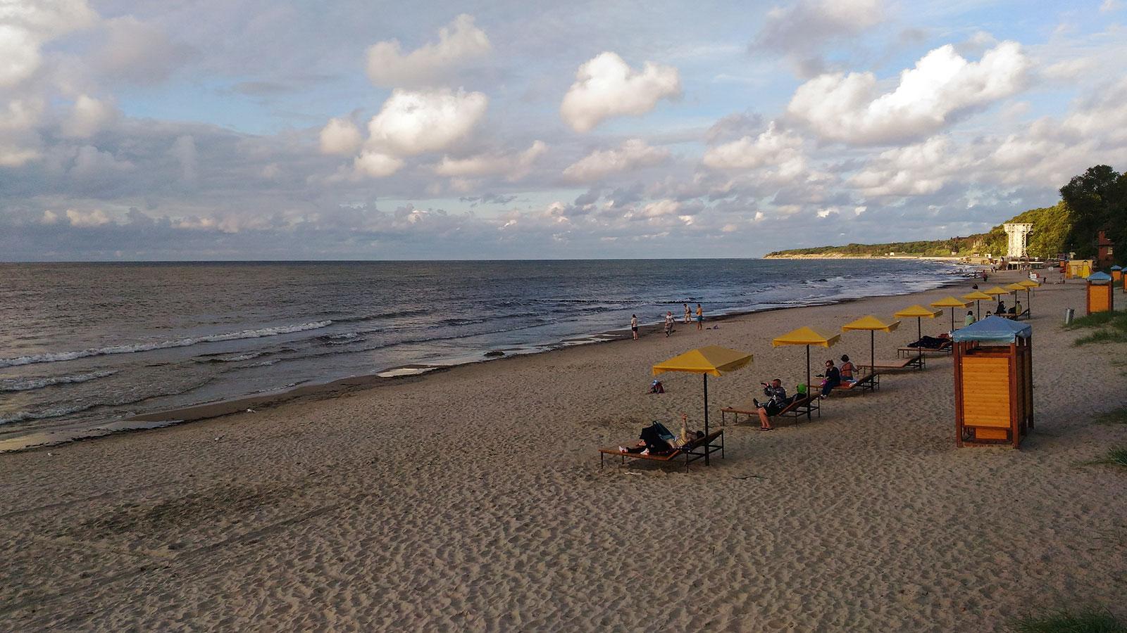 лежаки на Балтике в Пионерском