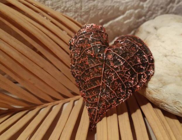 Сувенир из Калининграда — листья деревьев в меди